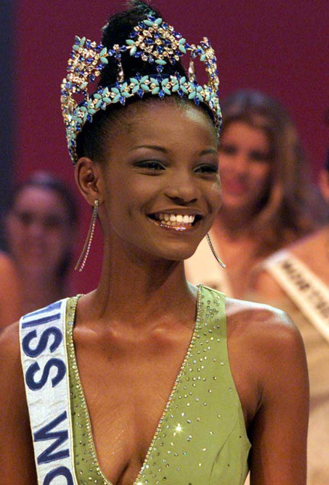 Modelo nigeriana Agbani Darego, Miss Mundo 2001, aparece no palco em Sun City, na África do Sul