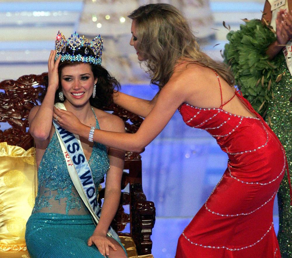 Miss Mundo 2004, modelo peruana Maria Julia Mantilla Garcia, recebe coroa da Miss Mundo 2003, Rosanna Davison, na China