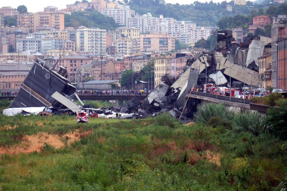 Pedaços da ponte destruída em Gênova, norte da Itália