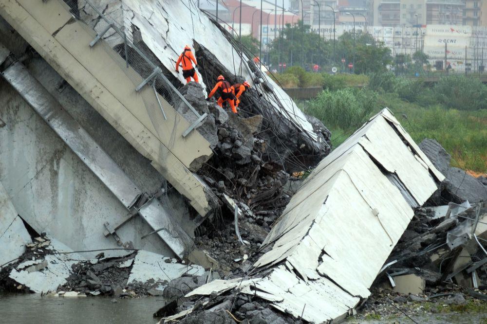 Equipe de resgate está trabalhando para encontrar pessoas presas nos escombros