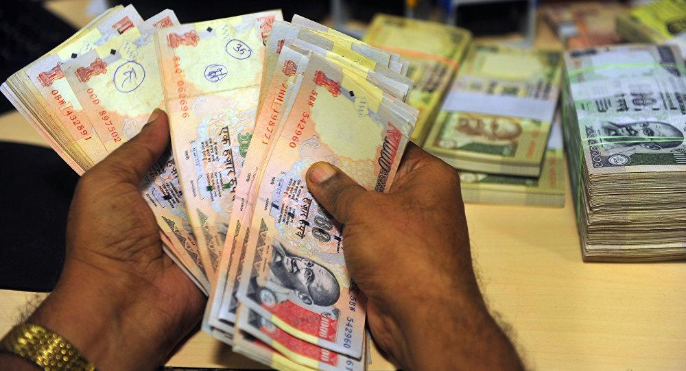 Funcionário de um banco analisa notas em Bombaim, Índia (arquivo)