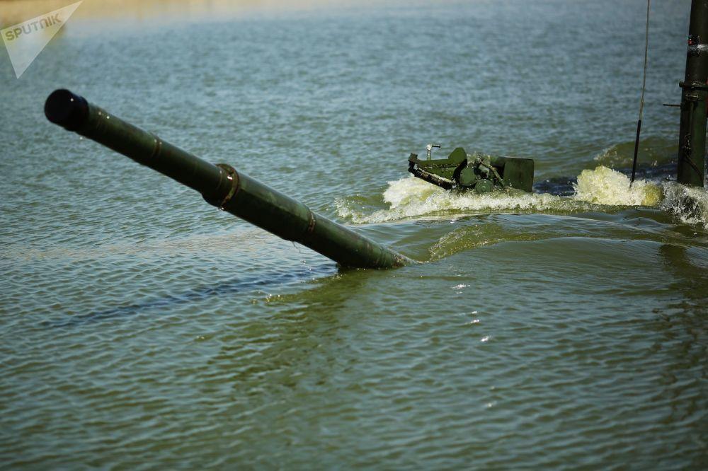 Tanque T-90A saindo da água durante os treinamentos de superação de barreiras aquáticas.