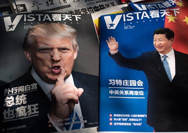 Capas das revistas com o presidente dos EUA Donald Trump (à esquerda) e o presidente chinês Xi Jinping (à direita), Pequim, China, 6 de abril de 2017