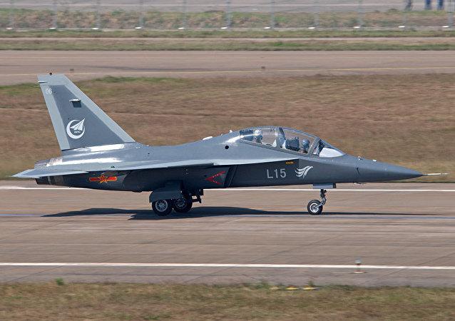 Caça de treinamento avançado chinês L-15 Falcon