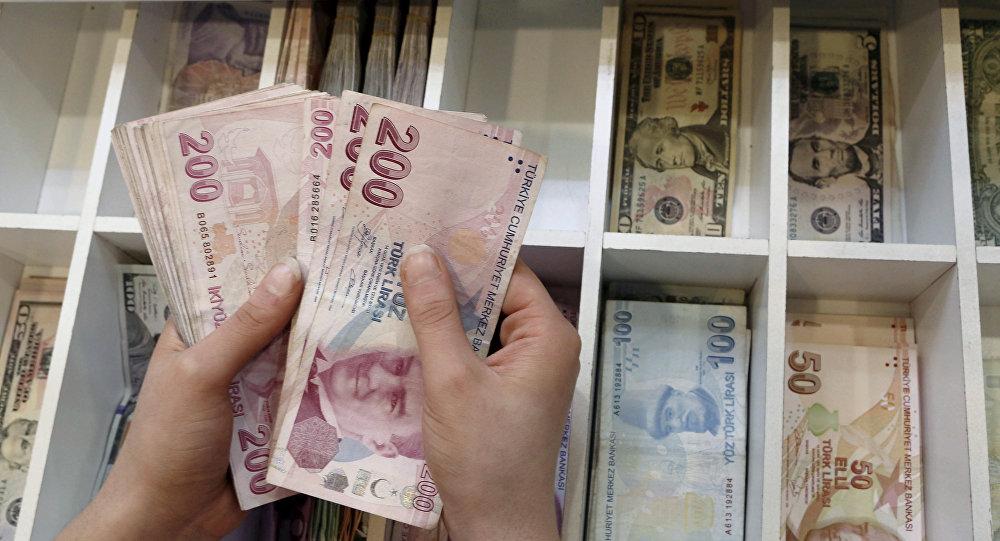 Funcionário conta notas de lira turca em casa de câmbio de Istambul, Turquia.