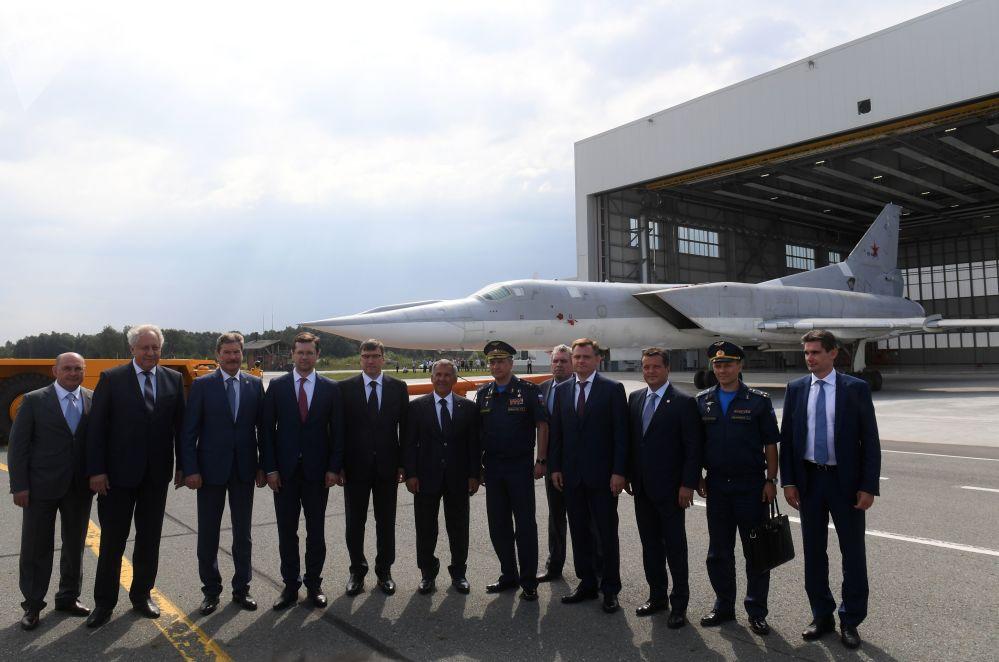 Altos cargos militares e empresários de aviação russos durante a cerimônia de rolagem do bombardeiro modernizado russo Tu-22M3M, em Kazan