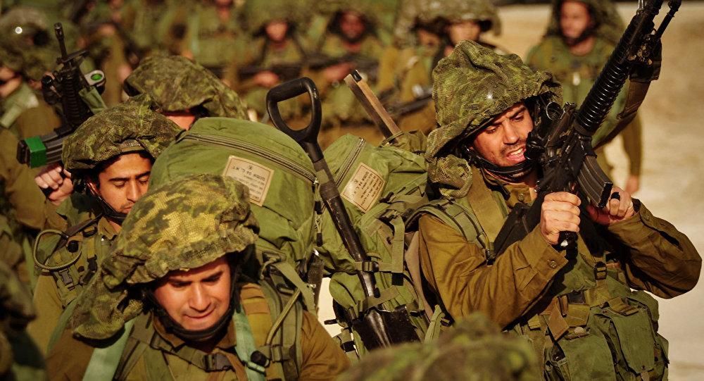 Soldados israelenses caminham em direção ao norte da Faixa de Gaza