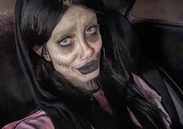 Jolie iraniana parecida com zumbi