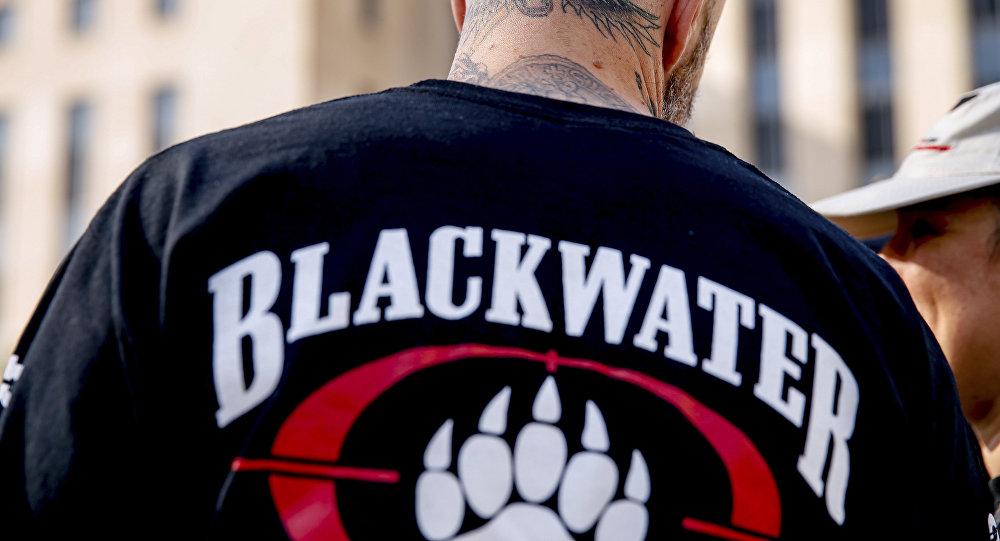 Um ex-membro da Blackwater se une a familiares, amigos e apoiadores de quatro ex-seguranças da Blackwater fora do tribunal federal em Washington.