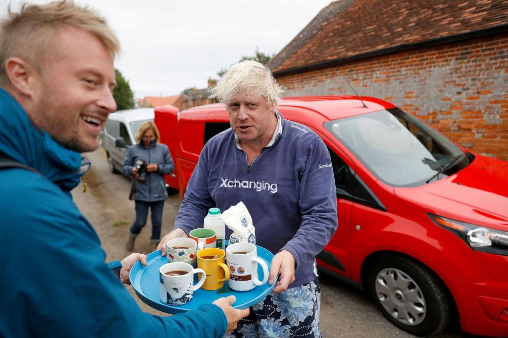 Ex-ministro das Relações Exteriores da Grã-Bretanha, Boris Johnson, oferece chá à jornalistas, em 12 de agosto de 2018
