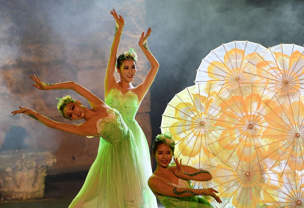 Dançarinas chinesas no Festival Internacional de Cartago na Tunísia, em 11 de agosto de 2018