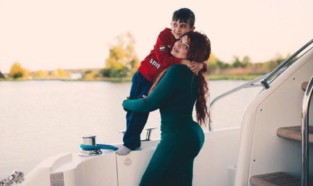 Modelo russa plus size Yulia Rybakova com seu filho David
