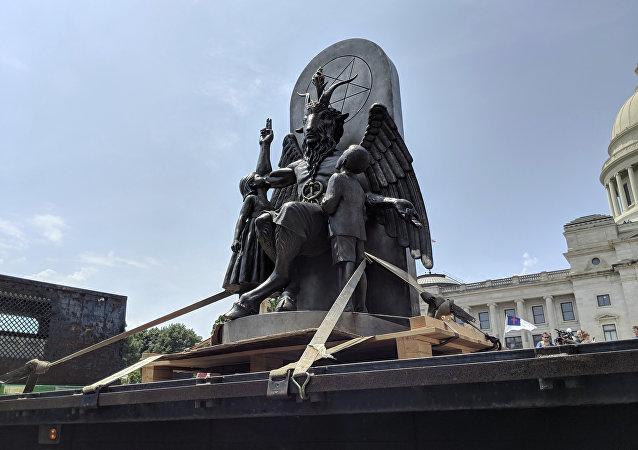 Estátua de Baphomet instalada em frente ao Capitólio de Arkansas na quinta-feira (16), durante manifestação por liberdade religiosa.