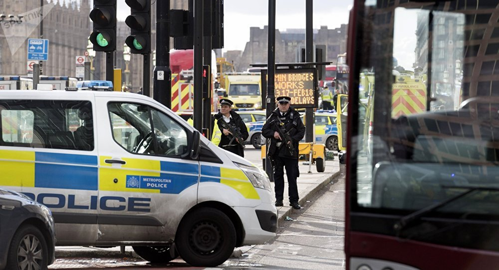 Policiais cercam o território perto do Parlamento do Reino Unido em Londres, onde um homem atacou um policial e pedestres.