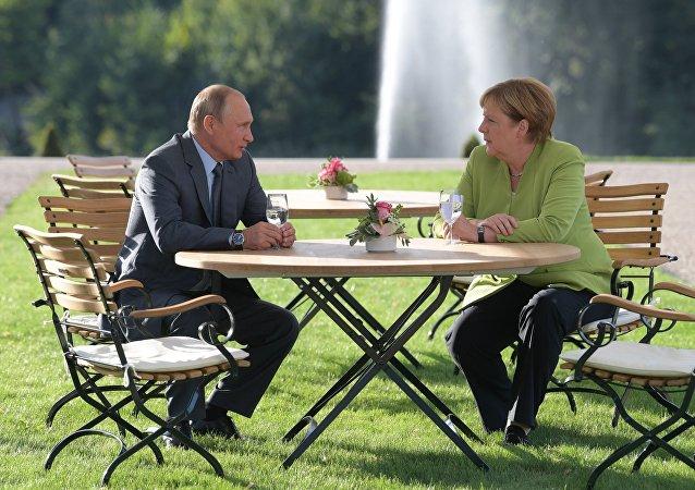 Angela Merkel e Vladimir Putin no Palácio Meseberg em Gransee, Alemanha.