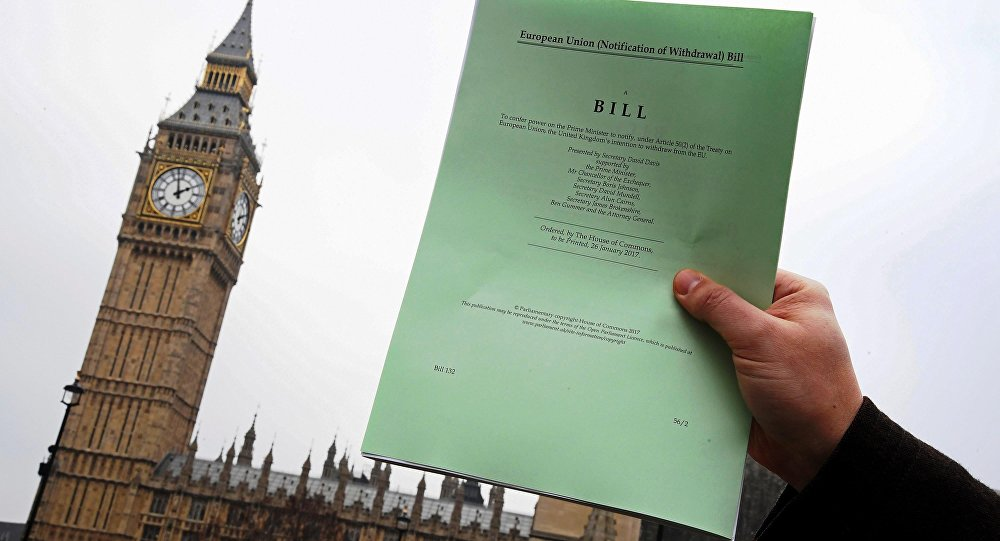 Um jornalista mostra uma cópia do projeto de lei do Artigo 50 da Brexit, introduzido pelo governo para buscar aprovação parlamentar para iniciar o processo de deixar a União Europeia, em frente às Casas do Parlamento em Londres.