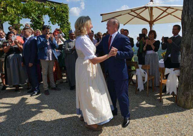 Chanceler da Áustria, Karin Kneissl, dançando com Vladimir Putin