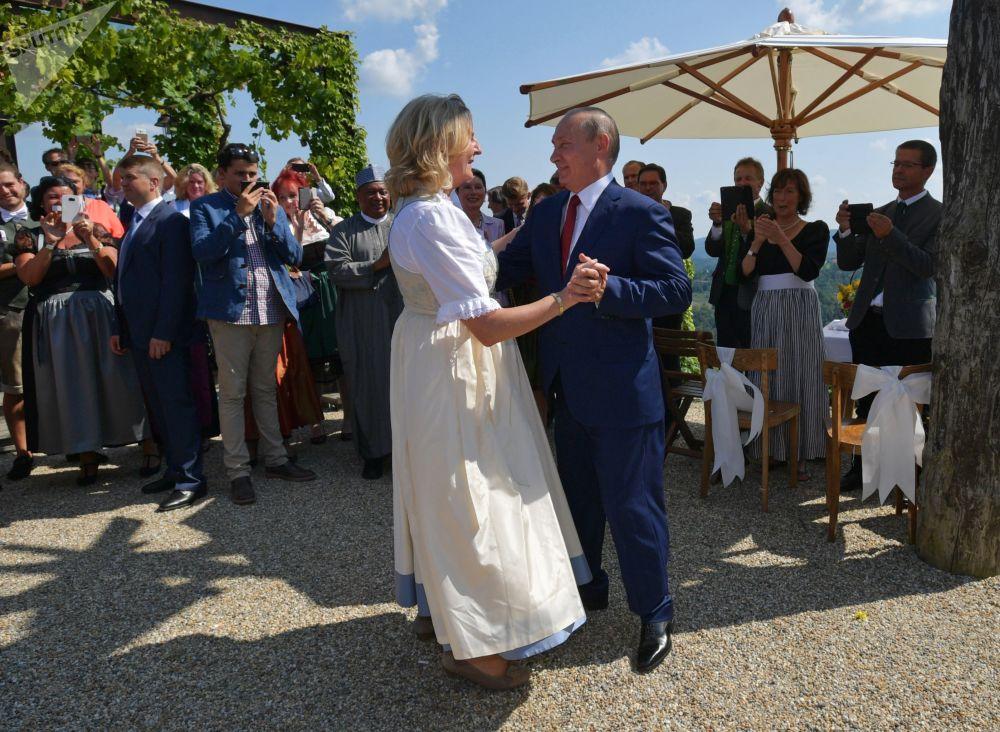 Vladimir Putin dança com a chanceler da Áustria, Karin Kneissl