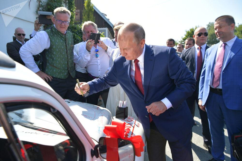 Antes de se despedir, Vladimir Putin escreveu algumas palavras no carro dos recém-casados