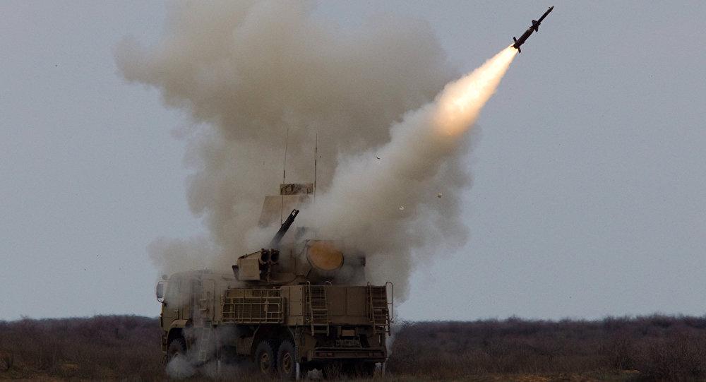 Lançamento de foguete pelo sistema de mísseis superfície-ar Pantsir-S durante um exercício dos soldados da Defesa Aérea na região de Astrakhan.