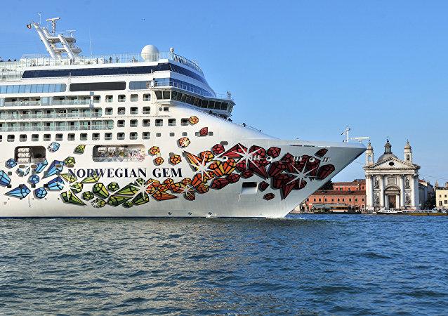 Navio cruzeiro Norwegian Gem, 10 de fevereiro de 2010 (imagem referencial)