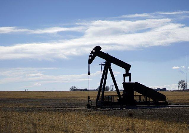 Poço de petróleo nas proximidades da cidade de Denver