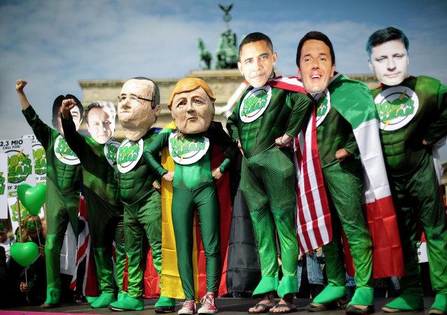 Ativistas com máscaras dos líderes do G7 durante protesto contra a cúpula do grupo na Alemanha