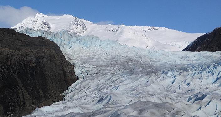 Montanhas cobertas de neve atrás da geleira Mendenhall, em Juneau (Alasca), 15 de fevereiro de 2016