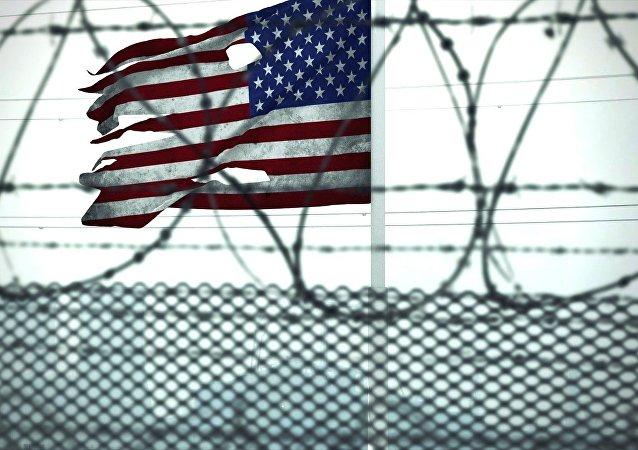 Bandeira dos EUA atrás de arame farpado