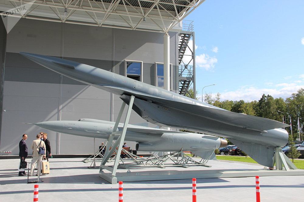 Réplicas de mísseis produzidos pela empresa Takticheskoe Raketnoe Vooruzhenie (Tactical Missiles Corporation) são mostradas durante o fórum militar EXÉRCITO 2018
