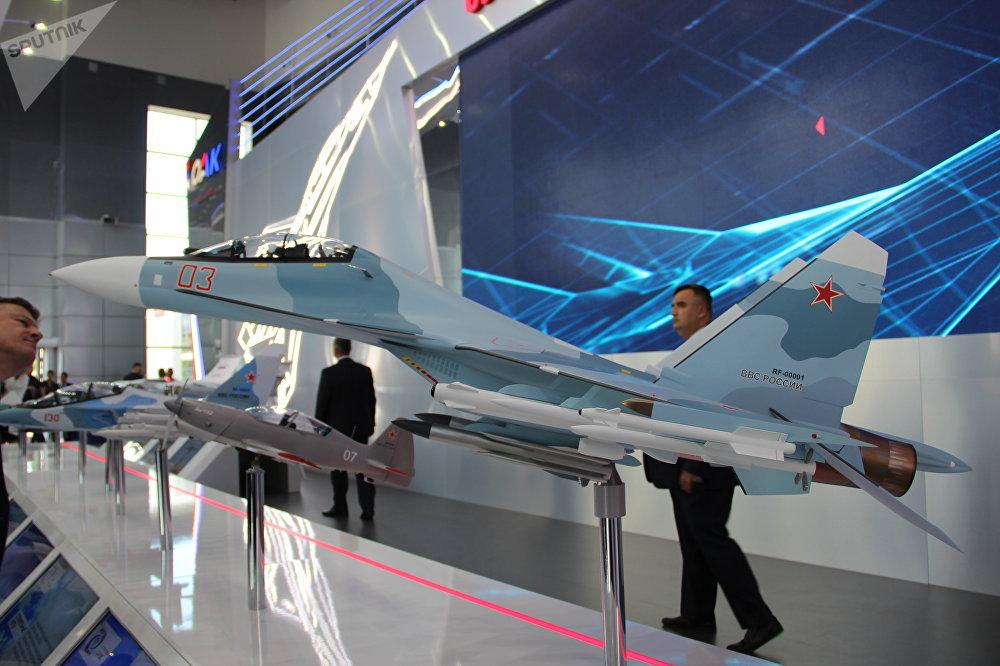 Réplica do caça Su-35 russo é mostrada durante o fórum militar EXÉRCITO 2018