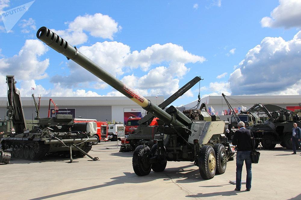 Obuseiro Geatsint-B é mostrado durante o fórum militar EXÉRCITO 2018