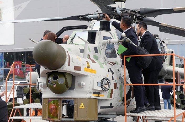 Visitantes observam o helicóptero de ataque Mi-28NE Caçador Noturno