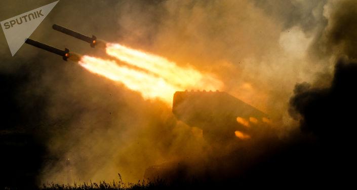 Lançador múltiplo de foguetes TOS-1ª Solntsepyok (imagem referencial)