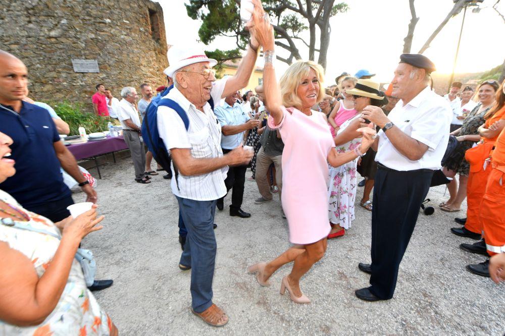 Brigitte Macron, esposa de Emmanuel Macron, participa das celebrações do 74º aniversário da libertação da cidade de Bormes-les-Mimosas, no sul da França