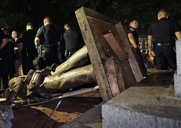 Estatua confederada derrubada na Universidade da Carolina do Norte, em 20 de agosto de 2018.