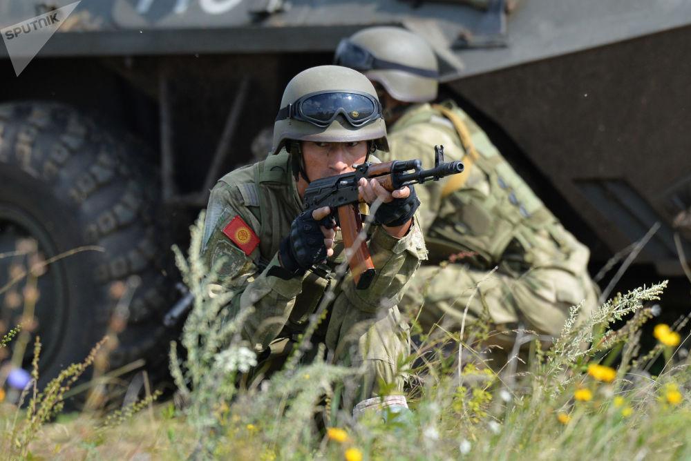 Militares do Quirguistão participam das manobras internacionais Missão de Paz 2018 da Organização de Cooperação de Xangai em um polígono russo perto da cidade de Chebarkul'