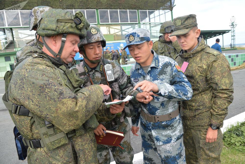 Militares chineses e russos coordenam suas atividades no âmbito dos treinamentos antiterroristas Missão de Paz 2018