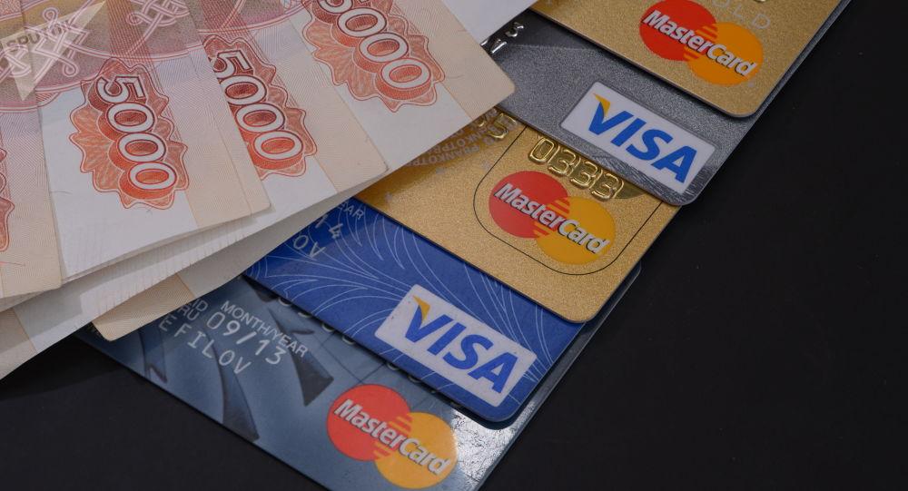 Notas e cartões de crédito russos (foto referencial)