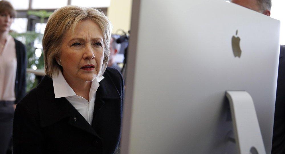 Hillary Clinton checa página no computador (arquivo)
