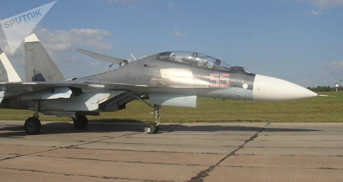 Caças russos Su-30 na base aérea russa de Shagol durante as manobras Mirnaya Missiya 2018