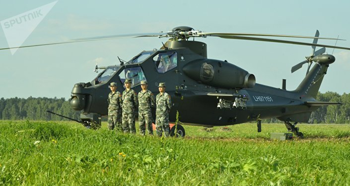 Tripulação do helicóptero de assalto chinês Z-10 na base aérea russa de Shagol durante as manobras Mirnaya Missiya 2018