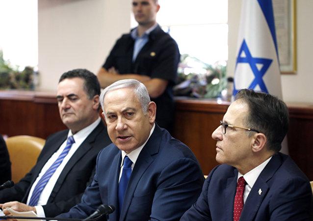 Primeiro-ministro israelense Benjamin Netanyahu e ministro da Inteligência Yisrael Katz conversam durante reunião semanal de gabinete em seu escritório em Jerusalém, em 15 de julho de 2018