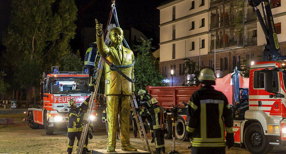 Estatua de Erdogan sendo removida em Wiesbaden, na Alemanha.