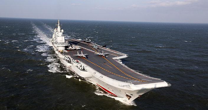 Liaoning, o único porta-aviões da China, navegando durante exercícios militares no Pacífico