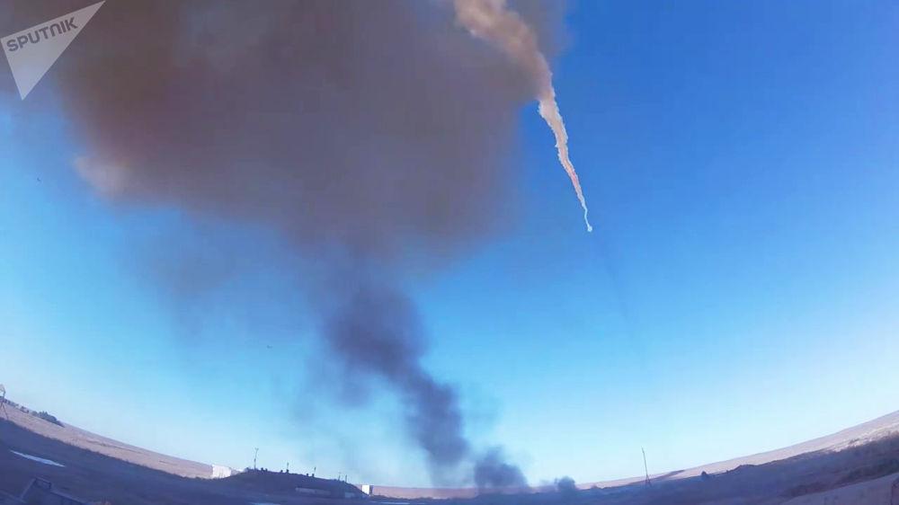 Fumaça deixada pelo míssil russo é vista sobrevoando Cazaquistão