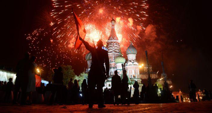 Fogos de artifício depois da Parada da Vitória em 9 de maio de 2015 em Moscou