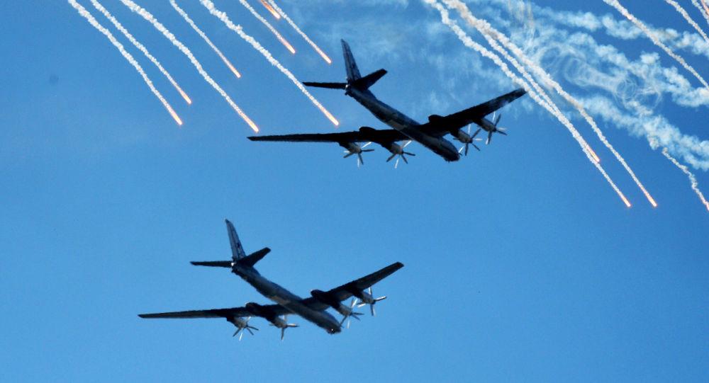 Bombardeiros estratégicos Tu-95 da Força Aérea russa ensaiam a parada militar dedicada aos 70 anos da vitória na Segunda Guerra Mundial