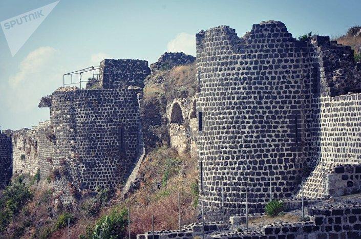 Castelo de Margat, uma fortificação localizada perto da cidade de Baniyas, perto de Latakia.  Foi fortificado pela primeira vez em 1603 pelos muçulmanos e depois serviu como um dos bastiões principais dos Cavaleiros Hospitalários.