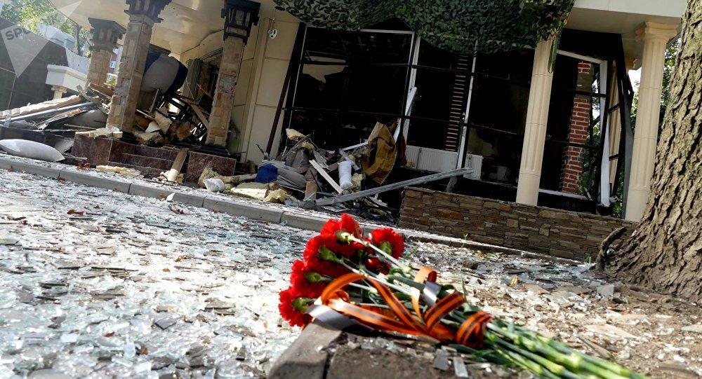 Flores junto ao restaurante Separ, em Donetsk, onde ocorreu a explosão que matou o líder da República Popular de Donetsk, Aleksandr Zakharchenko